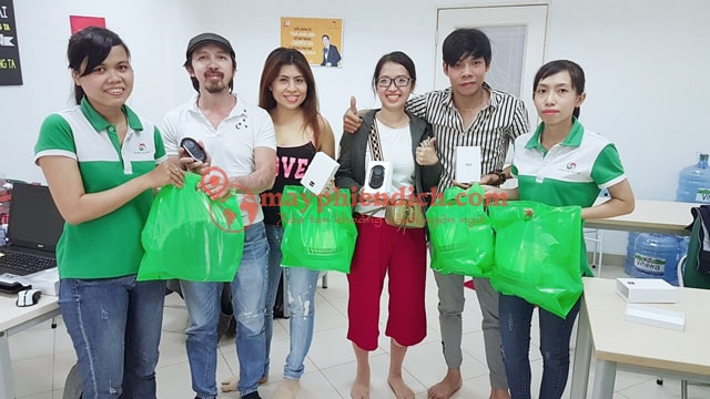 Khách hàng đến mua sản phẩm tại Máy Phiên Dịch . Com